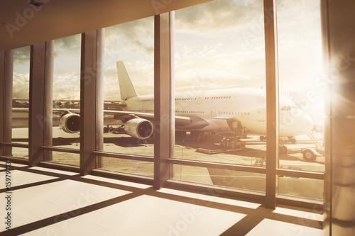 Obraz na plátne  Flugzeug steht am Flughafen-Gate