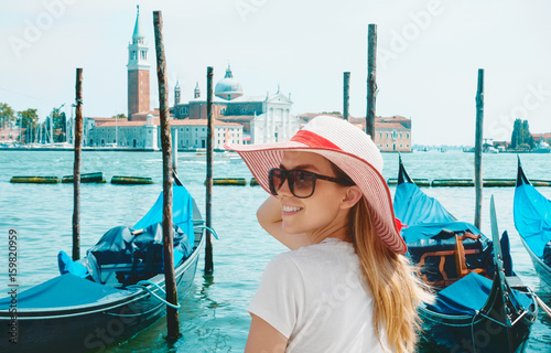 Plakat Turysta w Wenecji z gondoli i portu na morzu