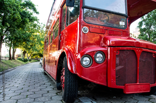 Photo  Red two-story English bus standing in the park on the waterfront