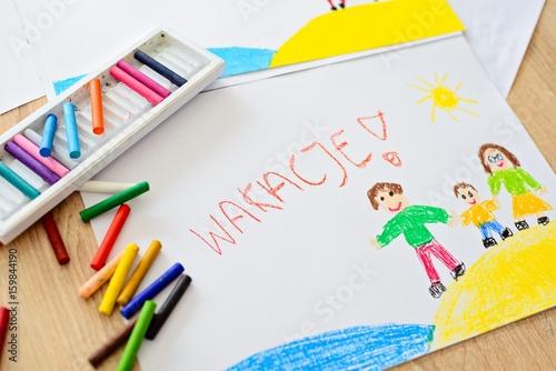 Fototapeta Wakacje obrazek namalowany pastelami przedstawiający szczęśliwą rodzinę na plaży obraz