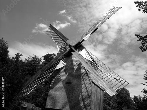 Poster Molens Windmühlenflügel aus der Froschperspektive vor Himmel mit Wolken in Bielefeld-Gadderbaum im Teutoburger Wald, fotografiert in traditionellem Schwarzweiss