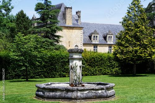 In de dag Fontaine Fontaine et château