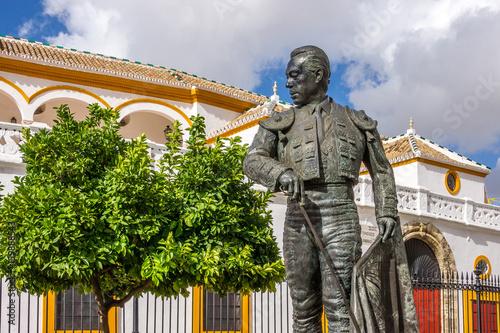 In de dag Stadion Stierkampfarena in Sevilla mit der Statue eines Toreros