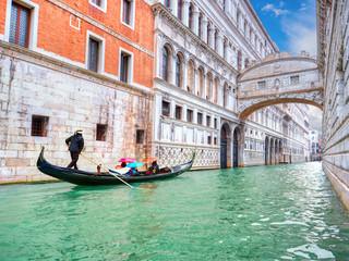 Obraz na płótnie Canvas Traditional Gondola and the famous Bridge of Sighs in Venice