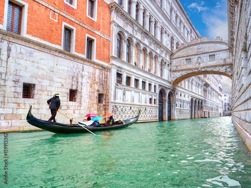 Plakat Tradycyjna gondola i słynny Most Westchnień w Wenecji