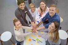 Motivierte Leute In Einem Workshop Halten Die Hände Zusammen