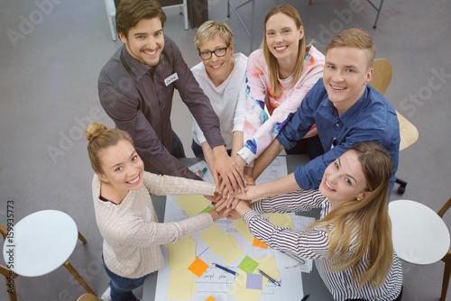 Fotografie, Obraz  motivierte leute in einem workshop halten die hände zusammen