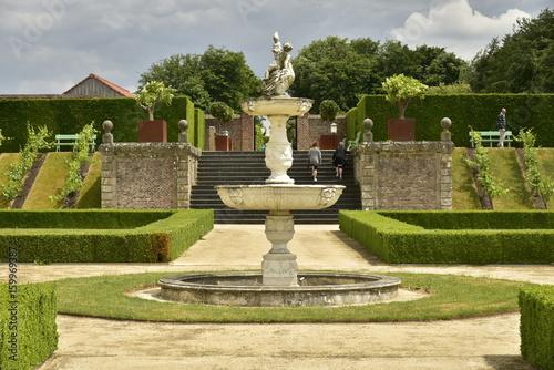 La fontaine et l\'escalier rustique au Jardin à la Française ...