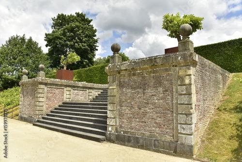 L\'escalier en pierres bleues entre deux murs rustique au Jardin à la ...