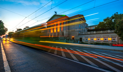 Tramwaj na tle opery w Poznaniu