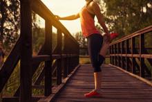 Sportliche Frau Dehnt Sich An Einer Brücke Nach Dem Training