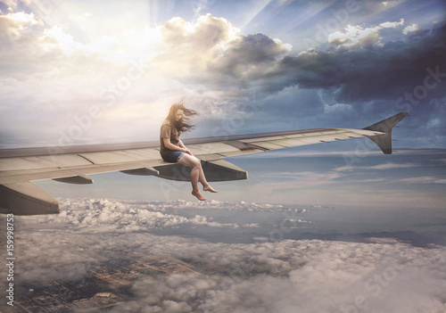 Zdjęcie XXL Kobieta na skrzydle samolotu