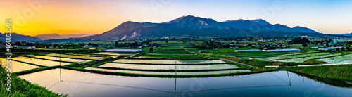 Fotografia  阿蘇山と田園の夕景