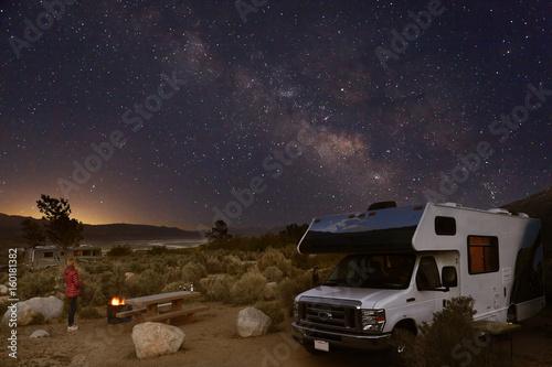 Fotografering  Campen mit dem Wohnmobil unter Sternenhimmel und Milchstraße in den Alabama Hill