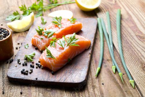 Fototapeta Świeży surowy filet łososia na desce do krojenia obraz