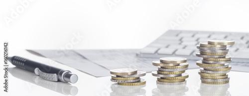 Photo Finanzen, Euro Münzstapel, Kugelschreiber, Tabellen,  und Tastatur, Panorama, Hi