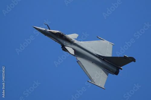 avion militaire passage rapide sur la tranche Canvas Print