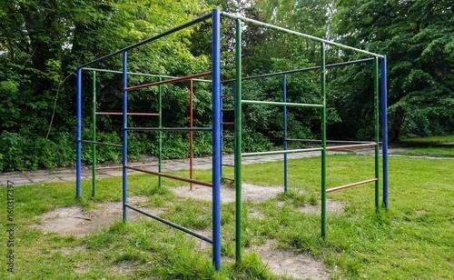 Klettergerüst Metall : Klettergerüst spielplatz bunt u2013 kaufen sie dieses foto und