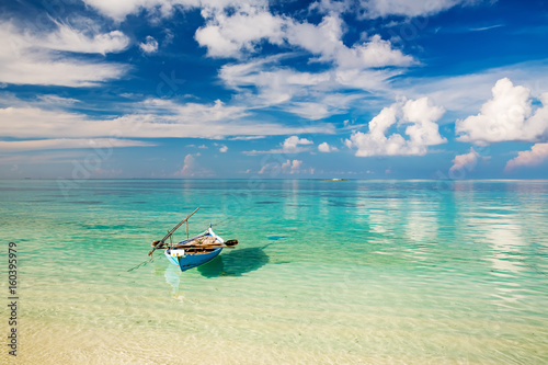 Staande foto Strand Beautiful ocean beach and boat on Maldives