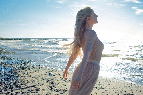 Photo  Young cheerful girl on the seashore