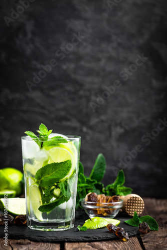 Photo  Refreshing mint cocktail mojito with rum and lime, cold drink or beverage with i