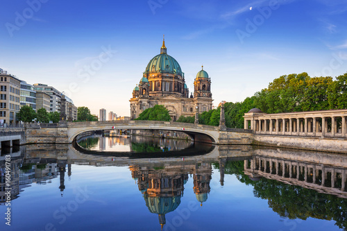 In de dag Berlijn Berlin Cathedral (Berliner Dom) reflected in Spree River at dawn, Germany