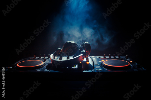 Foto  DJ Spinning, Mixing, and Scratching in a Night Club, Hands of dj tweak various t