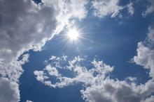 眩しい太陽と青空と雲...