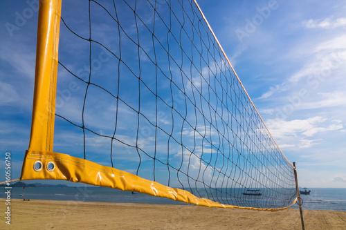 Plakat Selektywne focus siatkówki plażowej netto na plaży z jasnego i słonecznego nieba