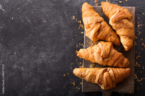 Photo fresh croissants on a wooden board