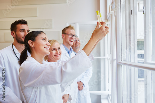 Photo  Ärzte machen Experiment mit Urinproben