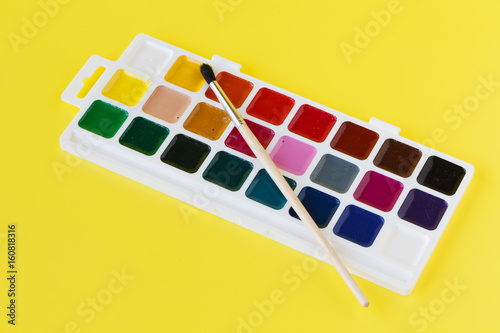 Fotografía  Watercolor paints in a box with a brush
