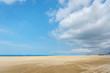 青空と砂浜の風景