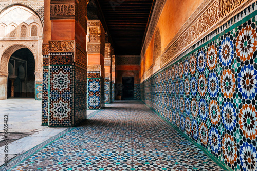 Papiers peints Maroc colorful ornamental tiles at moroccan courtyard