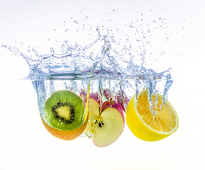 Fototapeta na wymiar fruits splashing in water