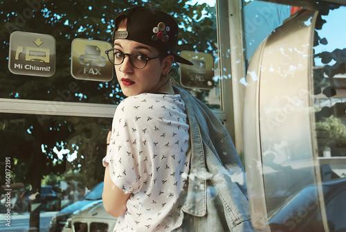 Fotografie, Obraz  Ragazza nella cabina telefonica