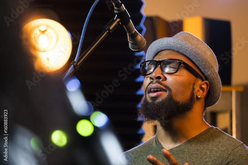 Fotomural Black male singing in a recording studio, close up