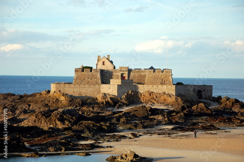 Fotobehang Vestingwerk Fort National - fortress on tidal island Petit Be in Saint-Malo. Fort was built in 17th century to protect city. Saint-Malo is a port city in Brittany in France on English Channel