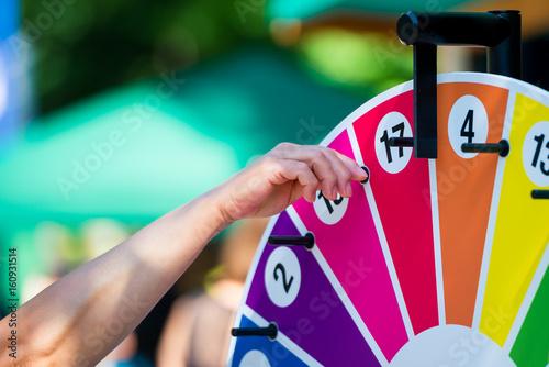Plakát  Glücksrad drehen auf einem Jahrmarkt und viele Preise gewinnen