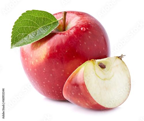 swieze-czerwone-jablko-z-cwiartka-na-bialym-tle