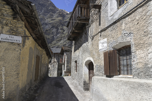 Tuinposter Oude verlaten gebouwen Bardonecchia