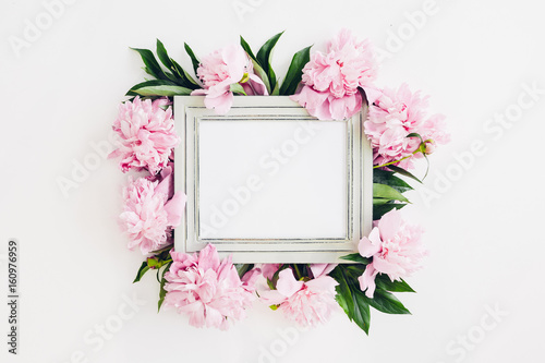 Fotografía  Pastel wooden frame decorated with peonies flowers, space for text