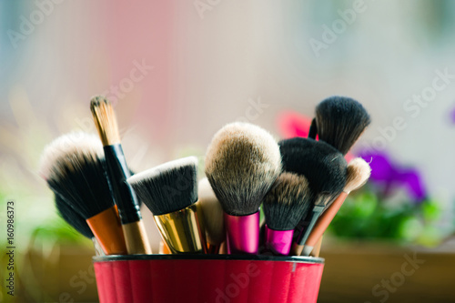 Fotografía brush for fashionable makeup or cosmetic in pink cup