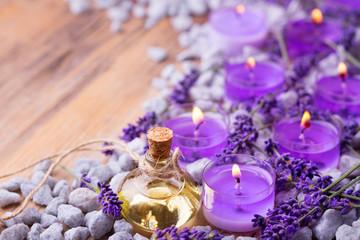 Obraz na płótnie Canvas Lavendelöl und Duftkerzen