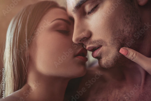 Couple kissing on bed Slika na platnu