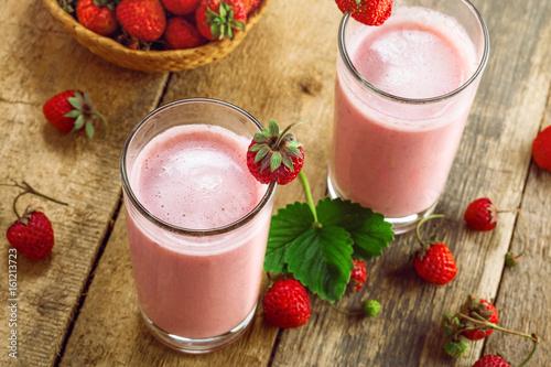 Foto op Aluminium Milkshake Delicious fruit milkshake made of fresh ripe strawberry and milk. Diet drink for healthy breakfast. Top view.