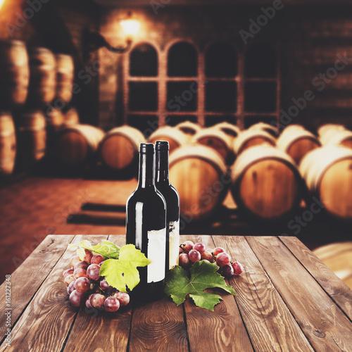 wino-na-stole-w-klimatycznej-winnicy-na-tle-drewnianych-beczek