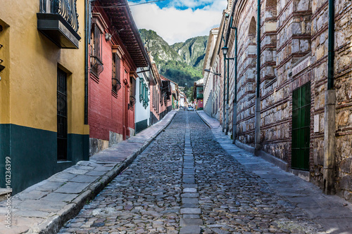 Photo Stands South America Country colorful Streets in La Candelaria aera Bogota capital city of Colombia South America