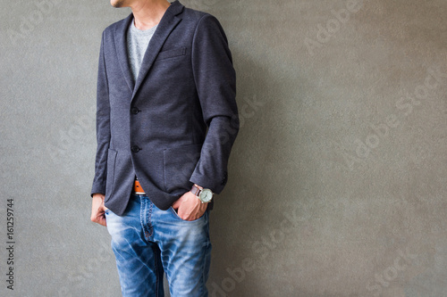 Fotografía  Businessman with casual suit outfits standing over gray grunge background with s