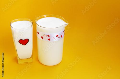 Plakat Dzbanek i szkło mleko na żółtym tle, Dojny pojęcie